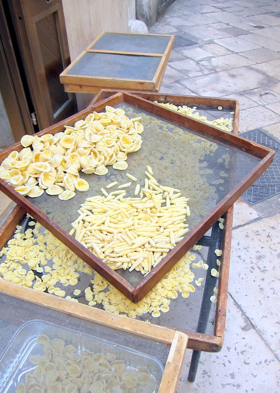 "Drying orecchiette and ""big orecchiette"" (orecchiettone?)"