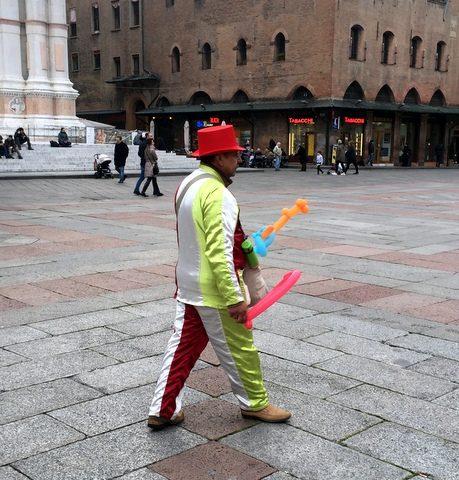 Balloon man in Piazza Maggiore