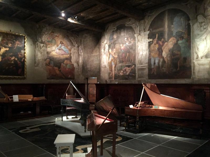 The chapel - frescos and instruments. La capella - gli affreschi e gli strumenti.