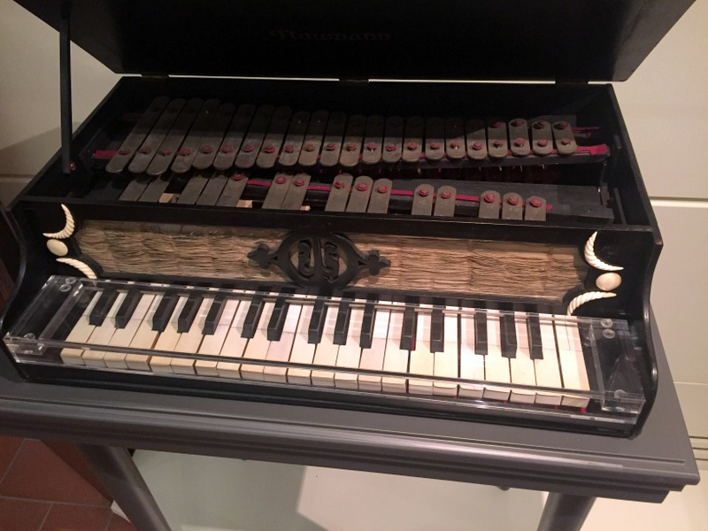 A glockenspiel with keyboard. Un glockenspiel con tastiera.